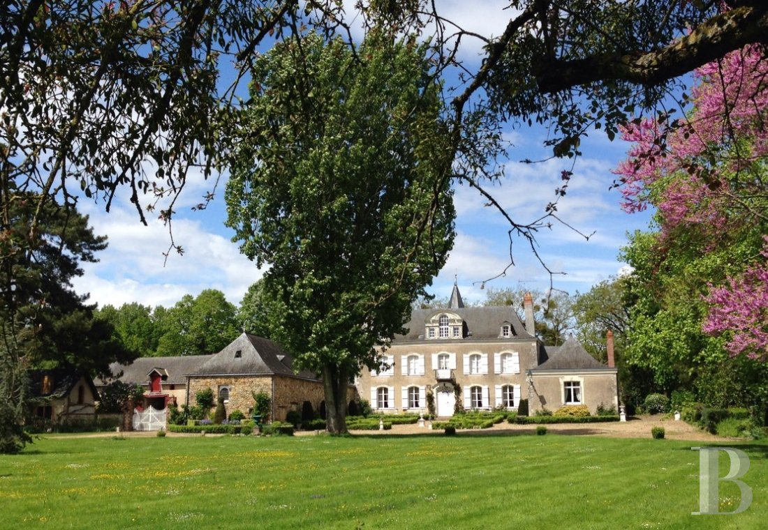 fA house full of spirit with a courtyard and garden  between Anjou bleu and Mayenne  - photo N°1