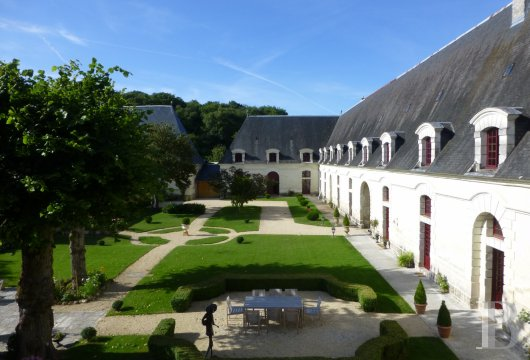 fA peaceful 17th Century property surrounded by French-style gardens, on the borders of Touraine, Anjou and Poitou in Chinonais  - photo  n°3