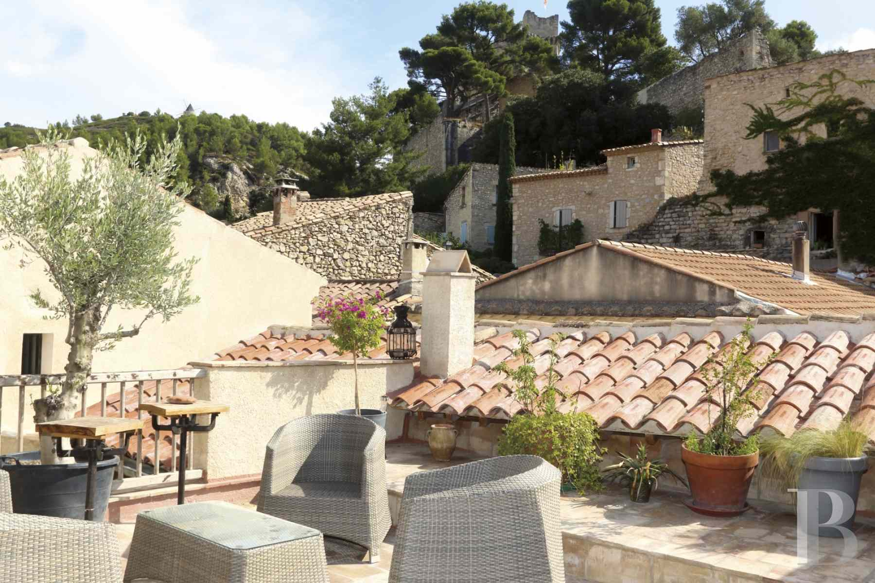 character properties France provence cote dazur avignon arles - 2 zoom