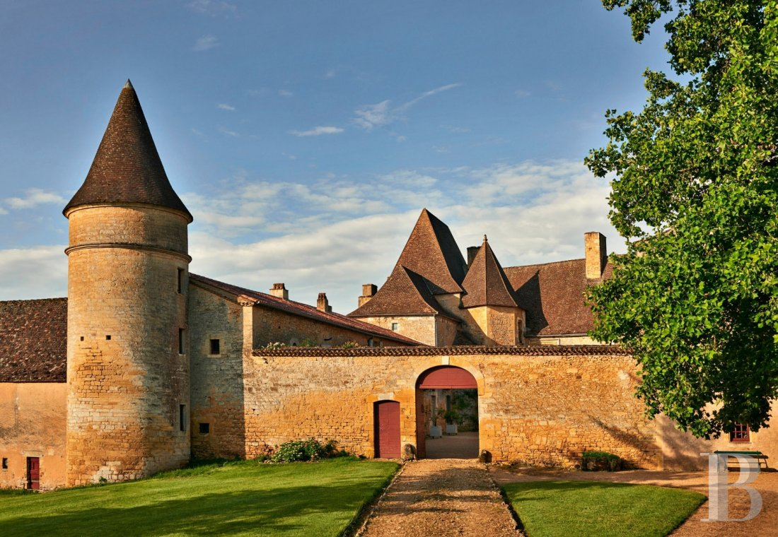 A family chateau not far from the meanders of the Dordogne,  between Bergerac and Sarlat  - photo  n°1