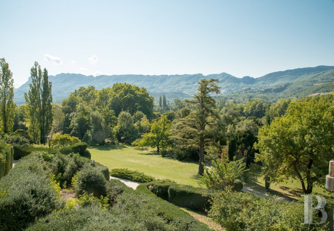 An estate bathed in sunlight with a warm and refined atmosphere, between Vercors and Provence - photo  n°2