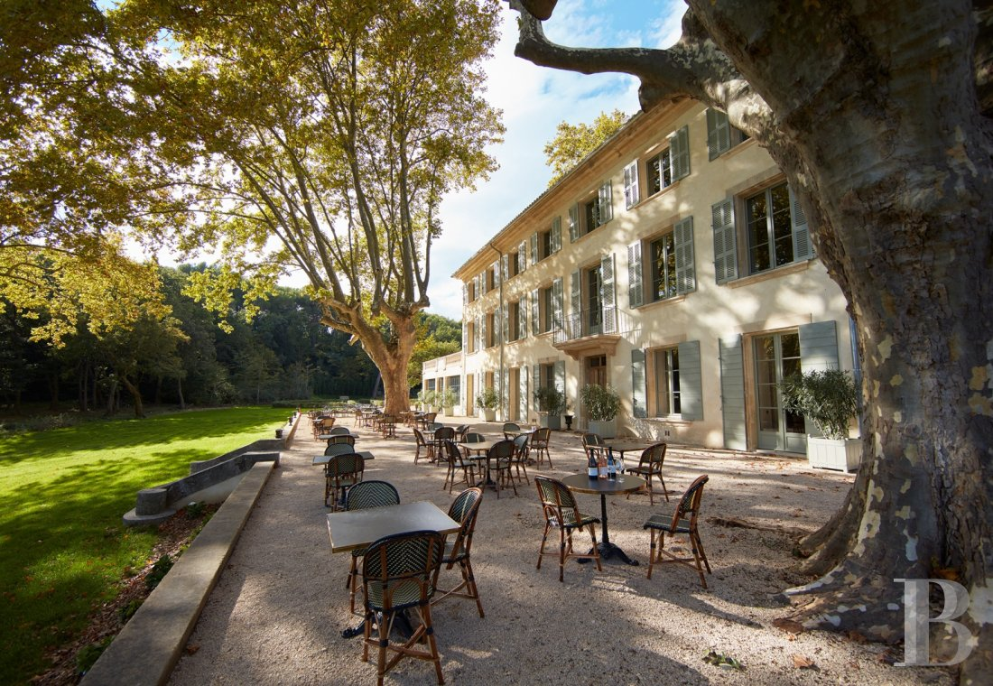 A unique property committed to a very French way of life  at the heart of the Luberon region in the Aix countryside - photo  n°1