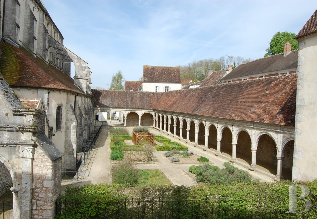 Character houses for sale - ile-de-france - A house in an 18th century residence with a view over the cloister and the church of an attractive village in the French department of Seine-et-Marne
