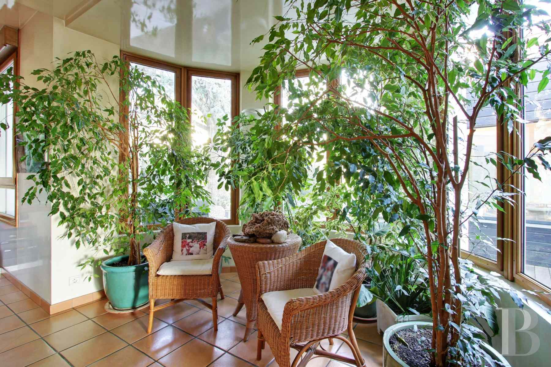 A suresnes une maison de 600 m avec jardin terrasses et for Agence immobiliere specialisee terrasse paris