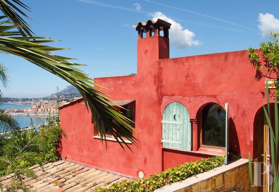 Surplombant La Baie De Menton Une Villa Rouge Cachee Dans Son
