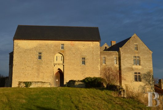 A listed, 12th century chateau with outbuildings, a chapel and 25 ha,  including a 10 ha vineyard where the Anjou and Poitou