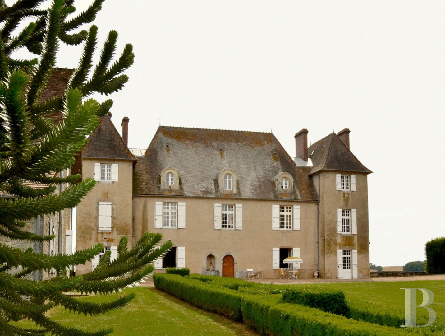 An 18th century chateau, with a house and an outbuilding, in some 3 ha on  the edge of the Morvan Regional Nature Park