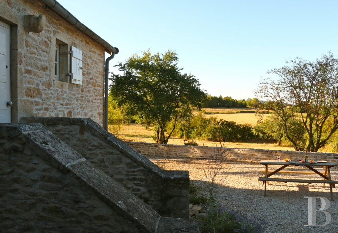 fA quiet refuge offering the perfect way to rediscover the joys of the countryside  amongst the famous vineyards of Burgundy between Beaune and Mercurey - photo N°1