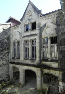 Character houses for sale - champagne-ardennes - A residence, including a school run by nuns during the 1900s and a 17th century dwelling,  awaiting restoration in Joinville, in the French department of Haute-Marne