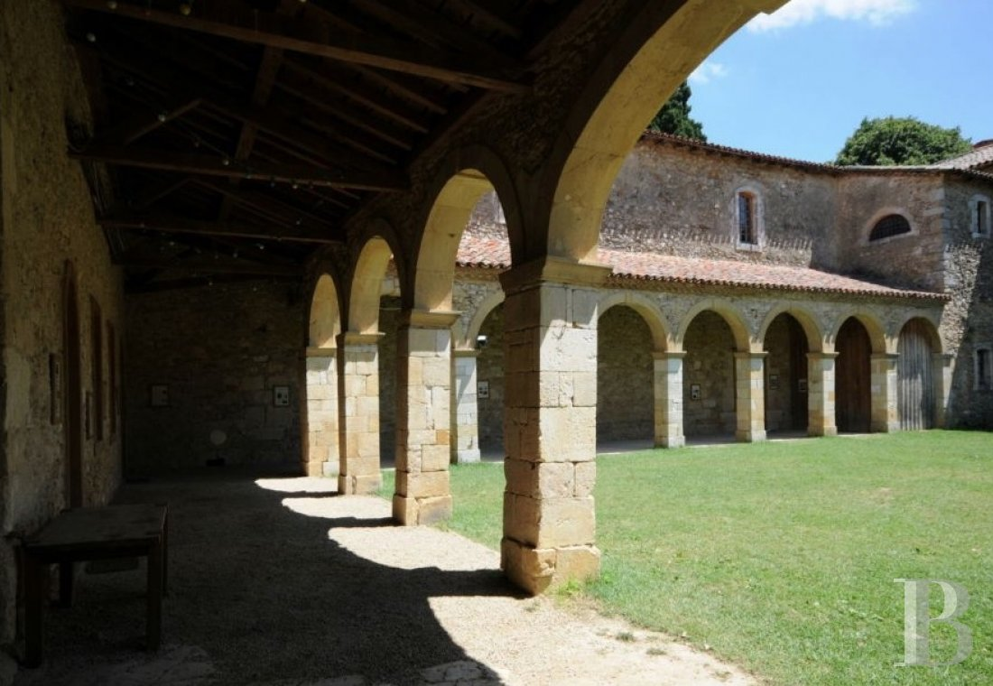 fA welcoming place that was once a hospital at the edge of the Ariège Pyrenees nature park in the south of Toulouse  - photo N�10