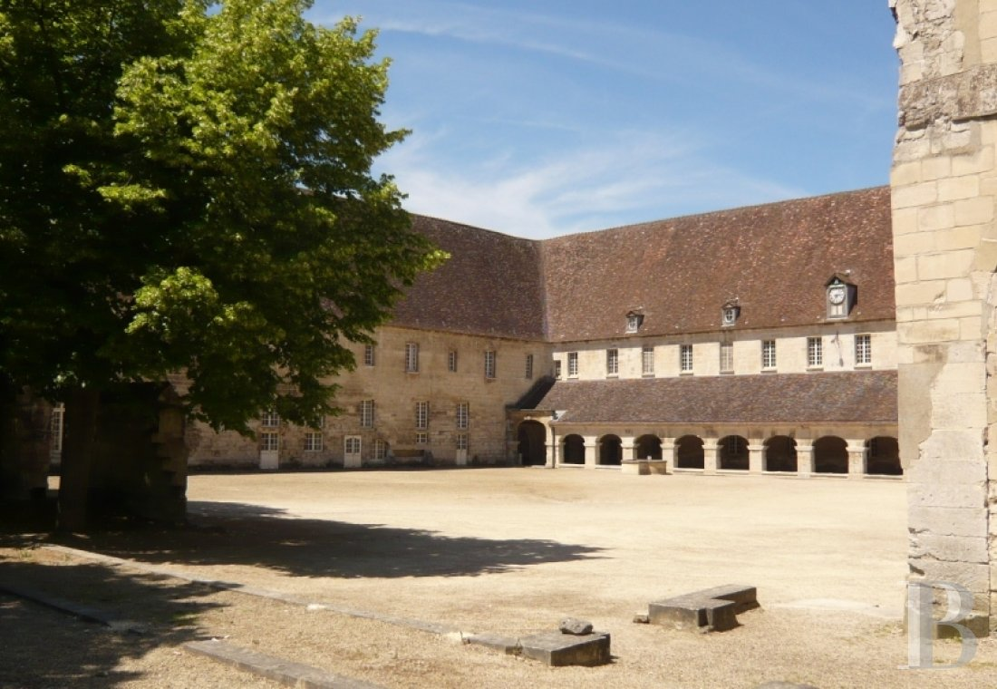 fA royal Abbey classified as a historic monument in the Oise Regional Nature Park on the outskirts of Pontpoint and Pont-Ste-Maxence - photo  n°3