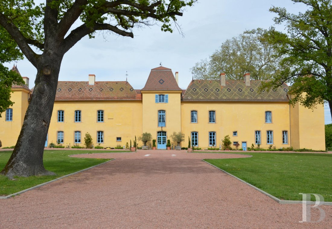 fA 17th century yellow ochre castle with an enclosed park near to Roanne - photo n°1