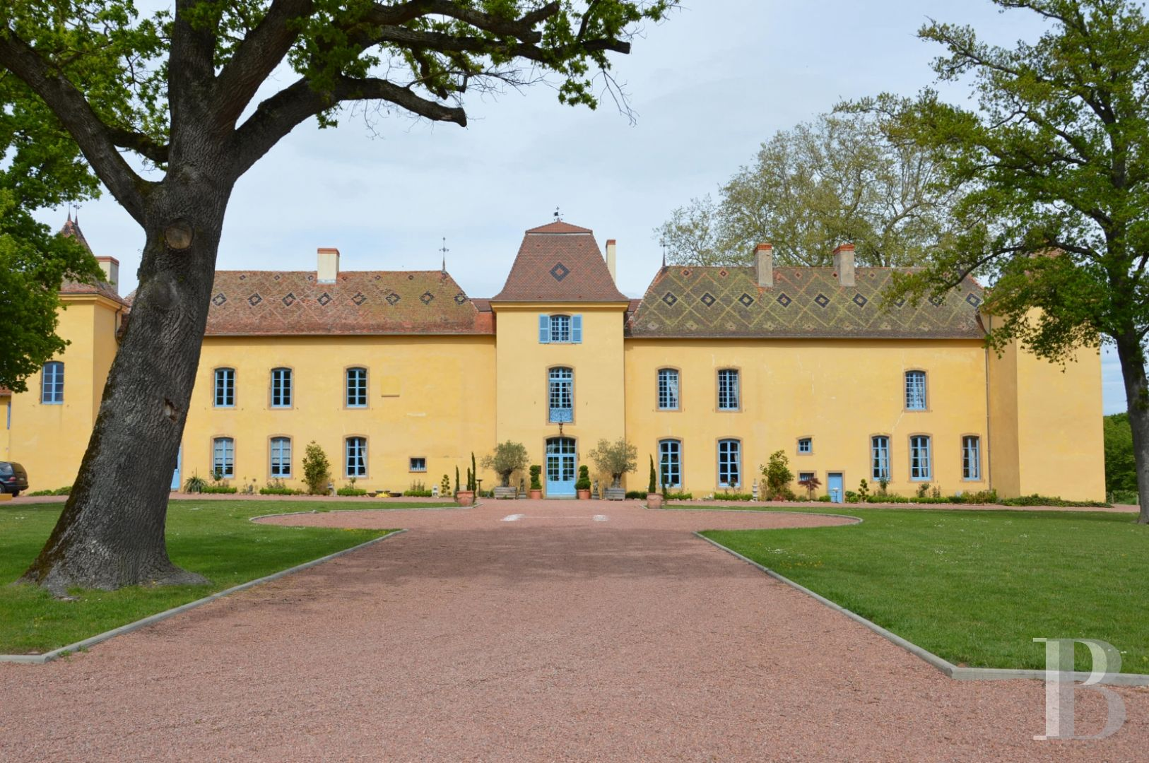 A 17th century yellow ochre castle with an enclosed park near to Roanne