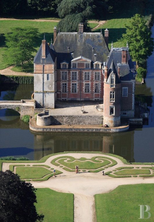 fA floating 17th century chateau in the middle of a park designed by Le Nôtre,  to the north of Gien in the Loiret - photo N°4