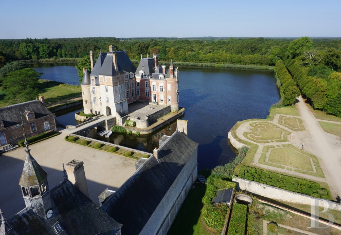 fA floating 17th century chateau in the middle of a park designed by Le Nôtre,  to the north of Gien in the Loiret - photo N°16