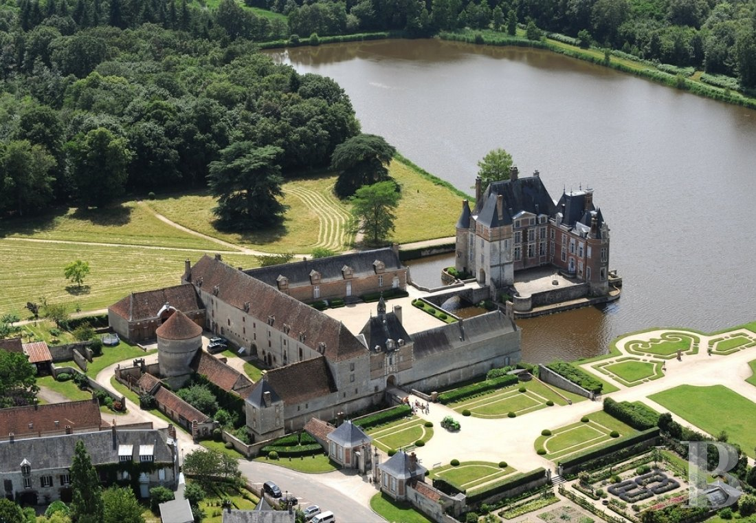 fA floating 17th century chateau in the middle of a park designed by Le Nôtre,  to the north of Gien in the Loiret - photo N°1