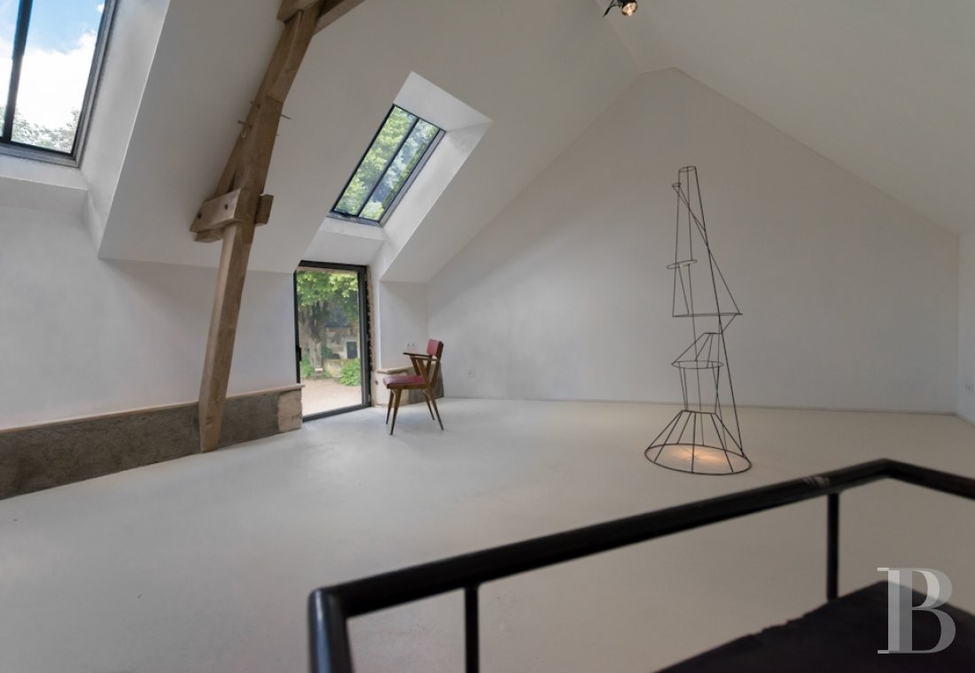 A artists' house with a cluster of small houses on the way to Le Mans - photo  n°1