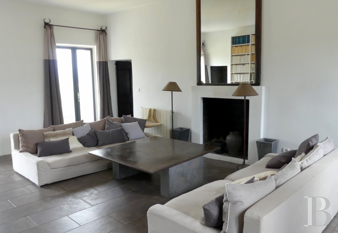 character properties France corse 2 storey - 2