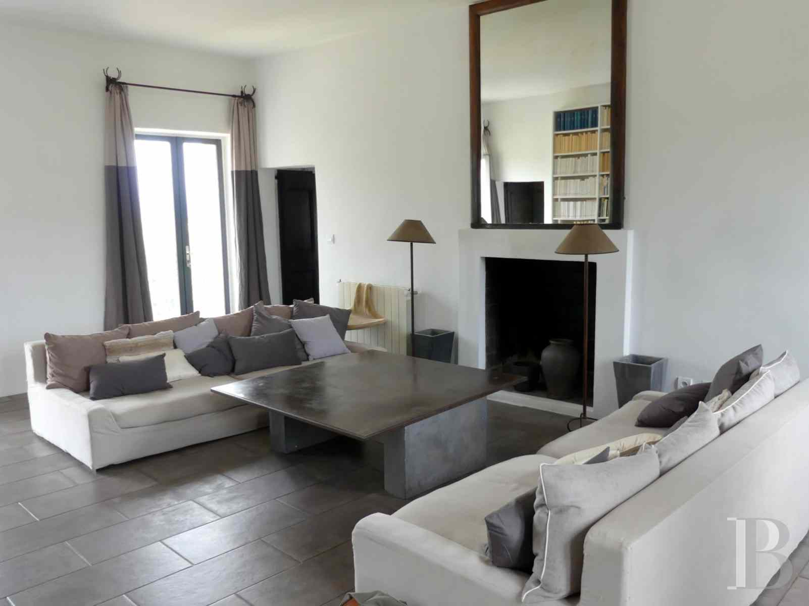 character properties France corse 2 storey - 2 zoom