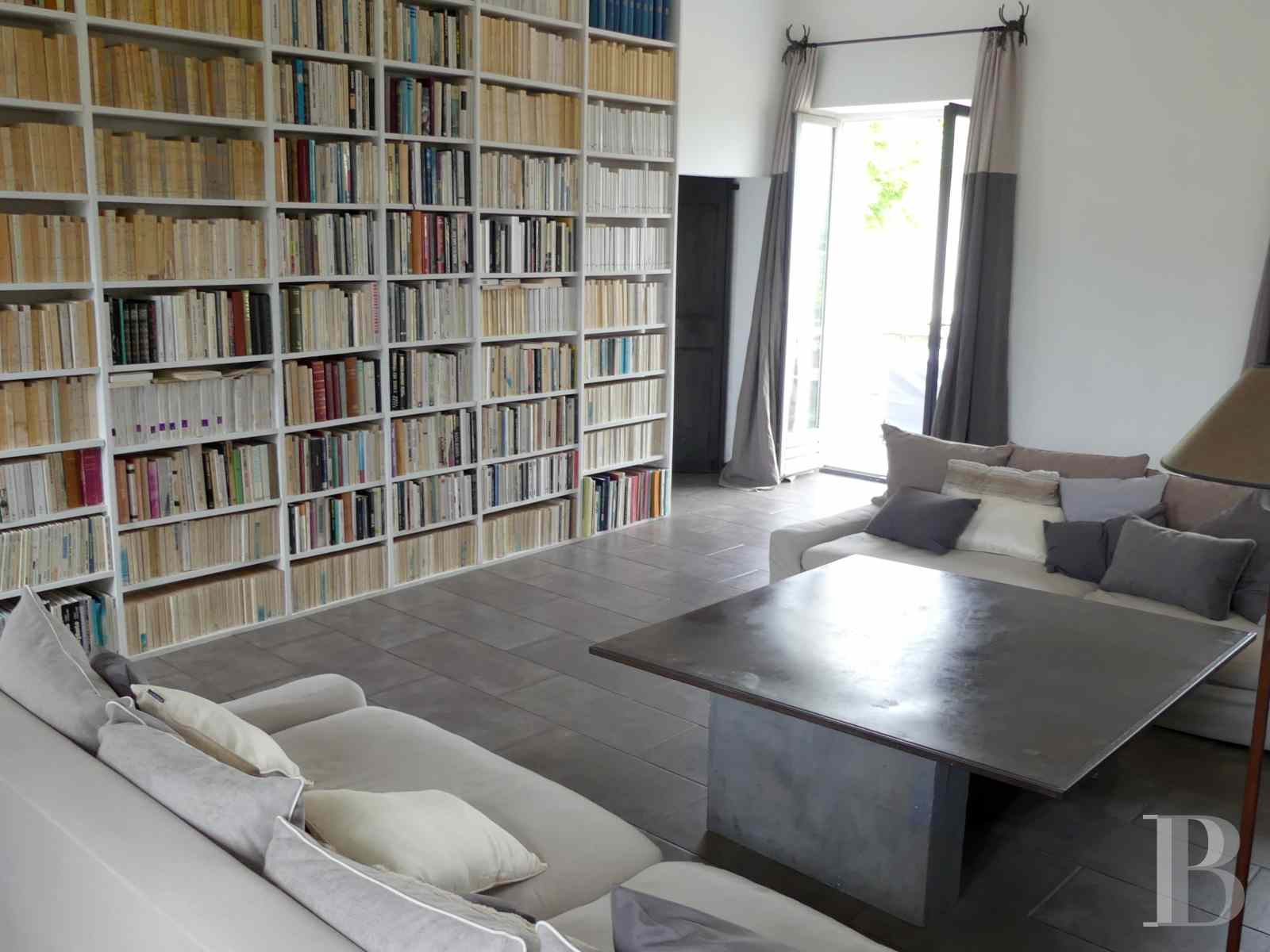 character properties France corse 2 storey - 3 zoom