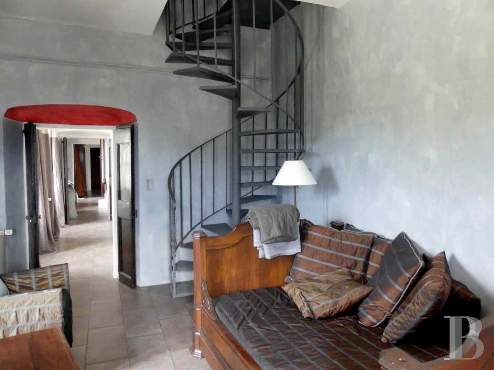 character properties France corse 2 storey - 4 zoom