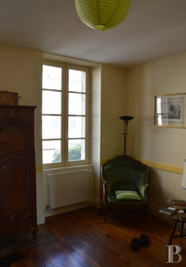 properties in town for sale - burgundy - An 18th century building spanning 900 m² in a historic town in the centre of France