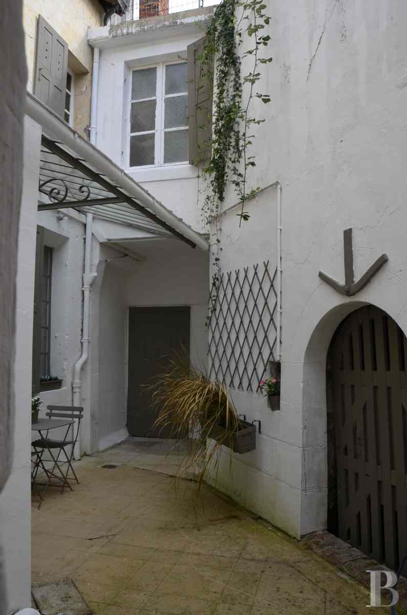 character properties France pays de loire 18th century - 2 zoom