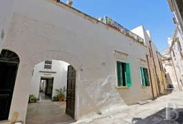 A bright, 16th century house, its courtyard and its garden in the historic centre of Nardo