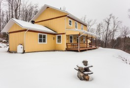 A house in a natural setting for outdoor enthusiasts  near to Eastman, 25 minutes from Montreal,