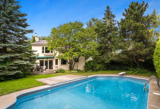 A bright house, with a garden and a swimming pool, near to Michel-Chartrand Park in Longueuil