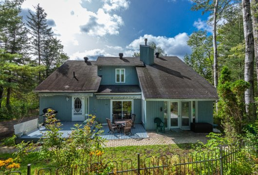 A house, with a swimming pool, near to the ski slopes  in Sainte-Adèle in the Laurentides region