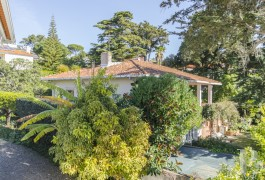 A large villa awaiting renovation  with the sea as a backdrop in mythical Estoril